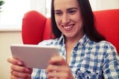 Γυναίκα που χρησιμοποιεί ενδιαφέρον app στο smartphone της Στοκ Εικόνα