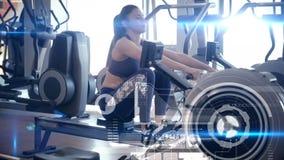 Γυναίκα που χρησιμοποιεί μια μηχανή κωπηλασίας απόθεμα βίντεο