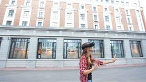 Γυναίκα που χρησιμοποιεί μια συσκευή εικονικής πραγματικότητας απόθεμα βίντεο
