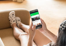 Γυναίκα που χρησιμοποιεί τα κινητά apps σε 7 λεπτά Στοκ Φωτογραφίες