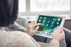 Γυναίκα που χρησιμοποιεί τα κοινωνικά μέσα apps στην ολοκαίνουργια Apple iPad υπέρ Silv Στοκ εικόνες με δικαίωμα ελεύθερης χρήσης