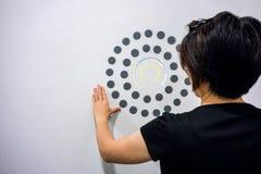 Γυναίκα που χρησιμοποιεί τα χέρια με το σημείο γραφικό και το διάγραμμα κύκλων στο άσπρο W Στοκ Εικόνα