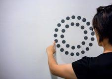 Γυναίκα που χρησιμοποιεί τα χέρια με το σημείο γραφικό και το διάγραμμα κύκλων στο άσπρο W Στοκ φωτογραφία με δικαίωμα ελεύθερης χρήσης