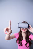 Γυναίκα που χρησιμοποιεί την εικονική πραγματικότητα Στοκ Εικόνες