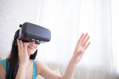Γυναίκα που χρησιμοποιεί την εικονική πραγματικότητα Στοκ εικόνα με δικαίωμα ελεύθερης χρήσης