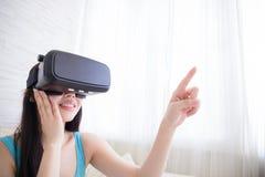 Γυναίκα που χρησιμοποιεί την εικονική πραγματικότητα Στοκ φωτογραφία με δικαίωμα ελεύθερης χρήσης