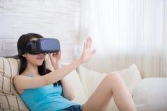 Γυναίκα που χρησιμοποιεί την εικονική πραγματικότητα Στοκ εικόνες με δικαίωμα ελεύθερης χρήσης