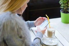 Γυναίκα που χρησιμοποιεί την κινητή τηλεφωνική πλάγια όψη Στοκ φωτογραφίες με δικαίωμα ελεύθερης χρήσης