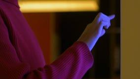 Γυναίκα που χρησιμοποιεί την οθόνη αισθητήρων στη λεωφόρο αγορών που ψάχνει τις πωλήσεις και τις εκπτώσεις φιλμ μικρού μήκους
