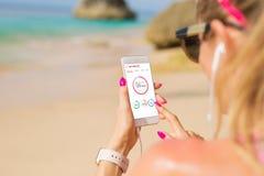 Γυναίκα που χρησιμοποιεί την υγεία app στο smartphone Στοκ Εικόνες