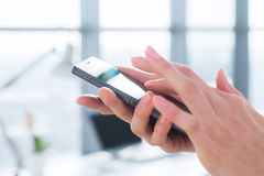 Γυναίκα που χρησιμοποιεί την ψηφιακή συσκευή της, διαβάζοντας τις ειδήσεις, στέλνοντας sms, κάνοντας σερφ Διαδίκτυο, που και apps Στοκ φωτογραφία με δικαίωμα ελεύθερης χρήσης