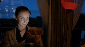 Γυναίκα που χρησιμοποιεί την ψηφιακή συσκευή υπολογιστών ταμπλετών στον καφέ απόθεμα βίντεο
