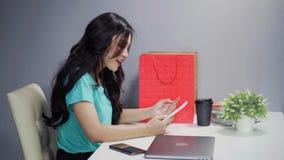 Γυναίκα που χρησιμοποιεί την ψηφιακή ταμπλέτα για on-line να ψωνίσει με την πιστωτική κάρτα φιλμ μικρού μήκους