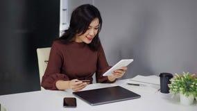 Γυναίκα που χρησιμοποιεί την ψηφιακή ταμπλέτα για on-line να ψωνίσει με την πιστωτική κάρτα απόθεμα βίντεο
