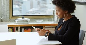 Γυναίκα που χρησιμοποιεί την ψηφιακή ταμπλέτα στον πίνακα 4k φιλμ μικρού μήκους