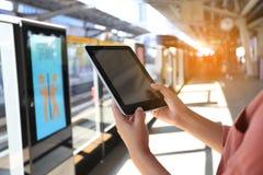 Γυναίκα που χρησιμοποιεί την ψηφιακή ταμπλέτα στο τραίνο ουρανού BTS στο υπόβαθρο της Μπανγκόκ, Ταϊλάνδη, έννοια τεχνολογίας επικ στοκ εικόνες
