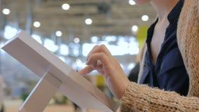 Γυναίκα που χρησιμοποιεί τη διαλογική επίδειξη οθονών επαφής στην αστική έκθεση