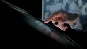 Γυναίκα που χρησιμοποιεί τη διαλογική επίδειξη οθονών επαφής στο μουσείο σύγχρονης ιστορίας φιλμ μικρού μήκους