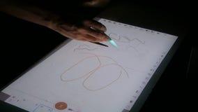 Γυναίκα που χρησιμοποιεί τη διαλογική επίδειξη προβολέων οθονών επαφής για το σχέδιο στην έκθεση απόθεμα βίντεο