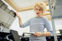 Γυναίκα που χρησιμοποιεί τη μηχανή αντιγράφων Στοκ φωτογραφία με δικαίωμα ελεύθερης χρήσης