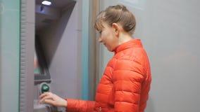 Γυναίκα που χρησιμοποιεί τη μηχανή μετρητών Ελκυστικό νέο θηλυκό στο κόκκινο σακάκι φυσαλίδων που παρεμβάλλει την πιστωτική κάρτα απόθεμα βίντεο