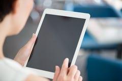 Γυναίκα που χρησιμοποιεί τη σύγχρονη ψηφιακή ταμπλέτα στοκ εικόνα με δικαίωμα ελεύθερης χρήσης
