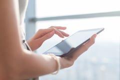 Γυναίκα που χρησιμοποιεί τις εφαρμογές pda με την WI-Fi Διαδίκτυο, σχετικά με την οθόνη, πληροφορίες ξεφυλλίσματος, εικόνα κινημα στοκ φωτογραφία με δικαίωμα ελεύθερης χρήσης