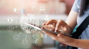 Γυναίκα που χρησιμοποιεί τις κινητές πληρωμές για on-line να ψωνίσει στοκ εικόνα με δικαίωμα ελεύθερης χρήσης