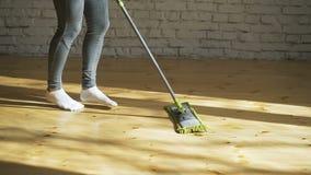 Γυναίκα που χρησιμοποιεί τον καθαριστή σφουγγαριστρών για να κάνει τις οικιακές μικροδουλειές γρηγορότερα φιλμ μικρού μήκους