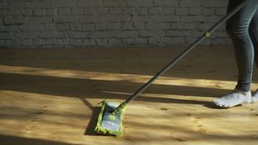 Γυναίκα που χρησιμοποιεί τον καθαριστή σφουγγαριστρών για να κάνει τις οικιακές μικροδουλειές γρηγορότερα απόθεμα βίντεο