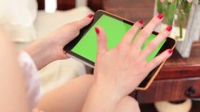 Γυναίκα που χρησιμοποιεί τον υπολογιστή ταμπλετών, τυλίγοντας τις σελίδες στην πράσινη οθόνη φιλμ μικρού μήκους