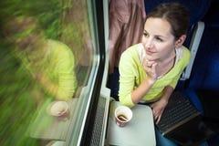 Γυναίκα που χρησιμοποιεί τον υπολογιστή ταμπλετών της διακινούμενη από τη νέα γυναίκα τραίνων που χρησιμοποιεί τον υπολογιστή ταμ Στοκ φωτογραφία με δικαίωμα ελεύθερης χρήσης