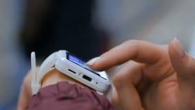 Γυναίκα που χρησιμοποιεί το άσπρο έξυπνο ρολόι στην πλατφόρμα υπογείων απόθεμα βίντεο
