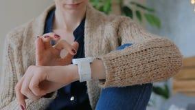 Γυναίκα που χρησιμοποιεί το έξυπνο ρολόι στο σπίτι φιλμ μικρού μήκους