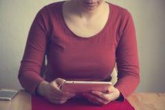 Γυναίκα που χρησιμοποιεί το έξυπνο τηλέφωνό της στο σπίτι Στοκ εικόνα με δικαίωμα ελεύθερης χρήσης