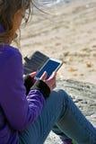 Γυναίκα που χρησιμοποιεί το έξυπνο τηλέφωνο στοκ εικόνες
