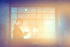 Γυναίκα που χρησιμοποιεί το δίκτυο στο έξυπνο τηλέφωνο Στοκ Εικόνες