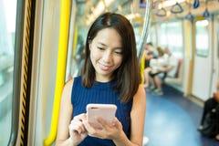 Γυναίκα που χρησιμοποιεί το διαμέρισμα τραίνων εσωτερικών κινητών τηλεφώνων Στοκ φωτογραφία με δικαίωμα ελεύθερης χρήσης