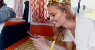 Γυναίκα που χρησιμοποιεί το κινητό τηλέφωνο μιλώντας στον άνδρα camper van 4k φιλμ μικρού μήκους