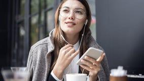 Γυναίκα που χρησιμοποιεί το κινητό τηλέφωνο υπαίθρια Στοκ εικόνες με δικαίωμα ελεύθερης χρήσης