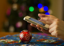 Γυναίκα που χρησιμοποιεί το κινητό τηλέφωνό της Στοκ εικόνες με δικαίωμα ελεύθερης χρήσης