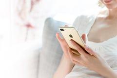 Γυναίκα που χρησιμοποιεί το κινητό τηλεφωνικό iphone Στοκ Εικόνα