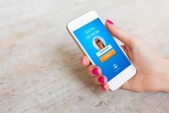 Γυναίκα που χρησιμοποιεί το κοινωνικό δίκτυο app στο smartphone της Στοκ φωτογραφία με δικαίωμα ελεύθερης χρήσης