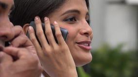Γυναίκα που χρησιμοποιεί το κύτταρο κατά τη διάρκεια της συντριβής χρηματιστηρίου απόθεμα βίντεο