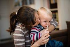 Γυναίκα που χρησιμοποιεί το ρινικό αναρροφητήρα για το μωρό Στοκ Φωτογραφίες
