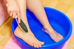 Γυναίκα που χρησιμοποιεί το σπιτικό λουτρό ποδιών για να πάρει τη μαλα στοκ φωτογραφία με δικαίωμα ελεύθερης χρήσης