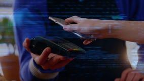 Γυναίκα που χρησιμοποιεί το τηλέφωνο για να πληρώσει στην επαφή λιγότερων ελεύθερη απεικόνιση δικαιώματος