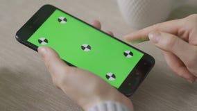 Γυναίκα που χρησιμοποιεί το τηλέφωνο με την πράσινη οθόνη Εύκολος για την καταδίωξη και το κλείδωμα απόθεμα βίντεο