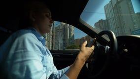 Γυναίκα που χρησιμοποιεί το τηλέφωνο οδηγώντας το αυτοκίνητο, κίνδυνος τροχαίου, απρόσεκτος οδηγός απόθεμα βίντεο