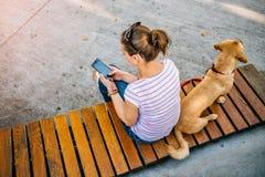 Γυναίκα που χρησιμοποιεί το τηλέφωνο στο πάρκο Στοκ φωτογραφίες με δικαίωμα ελεύθερης χρήσης